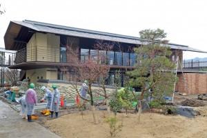 記念館玄関前のロータリーの中央には、松やモミジが植えられた