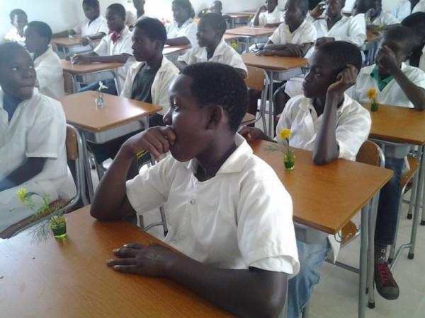 ミニ花ワークショップの授業を受ける小学生たち